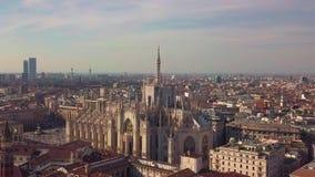 Powietrzny trutnia materiał filmowy sławna statua na katedralnym Duomo Mediolański Włochy zdjęcie wideo