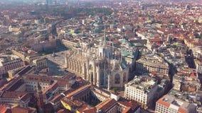 Powietrzny trutnia materiał filmowy sławna statua na katedralnym Duomo Mediolański Włochy zbiory