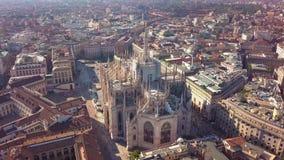 Powietrzny trutnia materiał filmowy sławna statua na katedralnym Duomo w Mediolańskim Włochy zdjęcie wideo