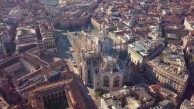 Powietrzny trutnia materiał filmowy sławna statua na katedralnym Duomo w Mediolańskim Włochy zbiory wideo