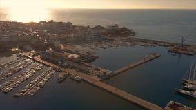 Powietrzny trutnia materiał filmowy w wschód słońca od miasteczka, Palamos Hiszpania, w Costa Brava zbiory wideo