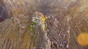 Powietrzny trutnia materiał filmowy z ludźmi na góry Agung szczycie, Bali zbiory wideo