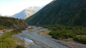 Powietrzny trutnia materiału filmowego widok: Lot nad jesieni górską wioską z lasami, polami i rzeką w wschodu słońca miękkim świ zdjęcie wideo