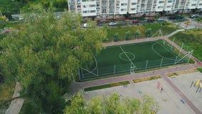 Powietrzny trutnia materia? filmowy Komarnica nad pustym boiskiem do piłki nożnej w jardzie zbiory