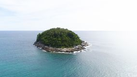 Powietrzny trutnia strzał Ko Pu pustynna wyspa z drzewkami palmowymi i dziką naturą otaczającymi turkusową wodą morską w Phuket,  zdjęcia stock