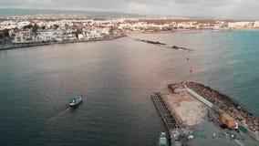 Powietrzny trutnia strzał mali biali łódkowaci żagle w otwarte morze od pięknego miasta schronienia z budową przy zmierzchem zbiory