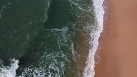Powietrzny trutnia widok błękitne ocean fale łama na piasku złota plaża w Portugalia zbiory wideo