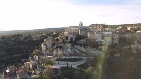 Powietrzny trutnia widok Gordes, przylepiający etykietkę Najwięcej Pięknych wiosek Francja, umieszczać na skalistym wychodzie prz zbiory wideo