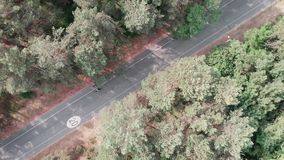 Powietrzny trutnia widok grupa m?odzi cykli?ci przechodzi przez parka na ich rowerach Kolarstwa odtwarzanie w parku zbiory
