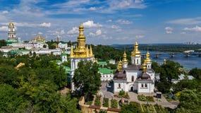Powietrzny trutnia widok Kijowscy Pechersk Lavra kościół na wzgórzach z góry, pejzaż miejski Kyiv miasto, Ukraina obrazy stock