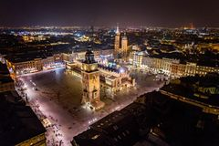 Powietrzny trutnia widok na Krakowskim głównym placu przy nocą obraz royalty free