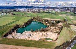 Powietrzny trutnia widok otwartej jamy dragowania jezioro w zaniechanej żwir kopalni zdjęcia royalty free