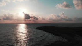 Powietrzny trutnia widok piękny oceanu zmierzch z pustym turystycznym deptakiem zbiory wideo