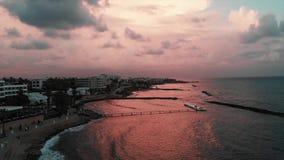 Powietrzny trutnia widok piękny quay z morzem macha uderzający skalistą plażę przy zmierzchem zbiory wideo