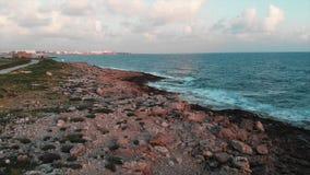 Powietrzny trutnia widok piękny skalisty wybrzeże z zieloną zwyczajną turystyczną ścieżką i ogromnymi ocean falami zdjęcie wideo