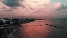 Powietrzny trutnia widok piękny wieczór quay z ludźmi chodzi wzdłuż mola przy zmierzchem zbiory