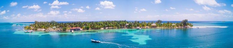 Powietrzny trutnia widok południe Nawadnia Caye tropikalną wyspę w Belize bariery rafie obraz royalty free