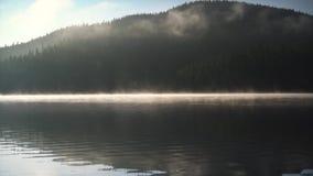 Powietrzny trutnia widok ranek mgła na halnym jeziorze, wschodu słońca strzał zbiory wideo