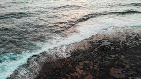 Powietrzny trutnia widok skalisty wybrzeże z dużymi ocean falami przy różowym pięknym zmierzchem zbiory