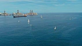 powietrzny trutnia wizerunek schronienie z ładunku zbiornika zbiornikowa do ropy statków różnorodnymi małymi łódkami przy wejścio fotografia stock