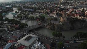 Powietrzny wideo Stary Tbilisi centrum z góry Trutnia odgórny widok dziejowa część miasto Dzveli Tbilisi Kura lub zdjęcie wideo