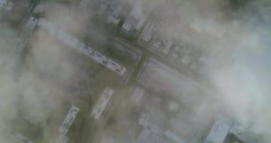 Powietrzny wiev: Zadziwiający latanie nad chmurami mgła, nad miasto zbiory