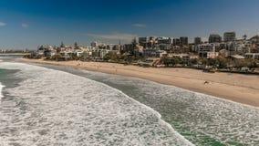 Powietrzny wizerunek ocean fala na królewiątka wyrzucać na brzeg, Caloundra zdjęcie wideo