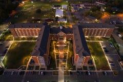 Powietrzny wizerunek szkoły wyższa dorm przy nocą zdjęcie stock