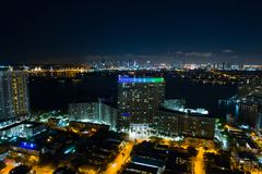 Powietrzny wizerunku flaming Góruje Miami plażę przy nocą obrazy royalty free