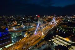 Powietrzny wizerunku Leonard P Zakim bunkieru wzgórza most przy nocą Obrazy Stock