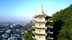 Powietrzny zoom pagoda wśród wzgórze zieleni drzew miastem zdjęcie wideo