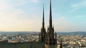 Powietrzny zoomu strzał Średniowieczny gotyk Góruje kościół w Brno, republika czech zdjęcie wideo