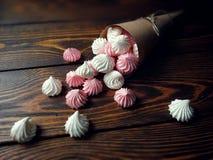 Powiewna menchii i bielu beza na drewnianym tle Zdjęcia Royalty Free