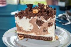 Powiewny kawałek czekoladowy tort na talerzu z bliska fotografia royalty free