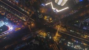 Powikłana Drogowa wymiana w Szanghaj, Chiny przy nocą Powietrzny pionowo odg?rny widok zdjęcie wideo