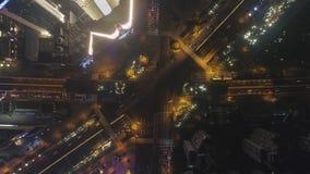 Powikłany Drogowy skrzyżowanie w Szanghaj, Chiny przy nocą Powietrzny pionowo odg?rny widok zbiory