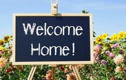 Powitanie domu kwiaty i znak Obrazy Royalty Free