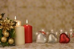 Powitanie kartka bożonarodzeniowa z płonącymi świeczkami i ornamentami Fotografia Stock