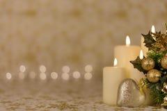 Powitanie kartka bożonarodzeniowa z płonącymi świeczkami i ornamentami Obrazy Stock