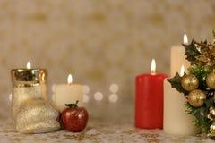 Powitanie kartka bożonarodzeniowa z płonącymi świeczkami i ornamentami Fotografia Royalty Free