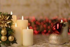 Powitanie kartka bożonarodzeniowa z płonącymi świeczkami i ornamentami Obraz Royalty Free