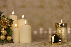 Powitanie kartka bożonarodzeniowa z płonącymi świeczkami i ornamentami Zdjęcie Royalty Free