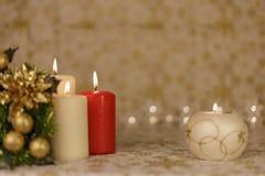 Powitanie kartka bożonarodzeniowa z płonącymi świeczkami i ornamentami Zdjęcia Stock
