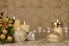 Powitanie kartka bożonarodzeniowa z płonącymi świeczkami i ornamentami Obrazy Royalty Free