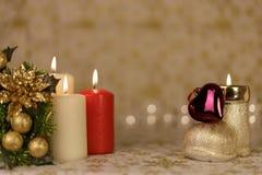 Powitanie kartka bożonarodzeniowa z płonącymi świeczkami i ornamentami Zdjęcia Royalty Free