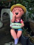 Powitanie, kolorowa gliniana lala i szczęście działająca chłopiec ustawiający na podłoga, zdjęcie stock