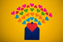 Powitanie koperta z papierowymi sercami na żółtym tle Serca nalewają z koperty Serca latają out od koperty Miłość Zdjęcia Royalty Free
