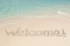 Powitanie pisać na piasku morzem Fotografia Royalty Free