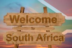 Powitanie Południowa Afryka znak na drewnianym tle z kontaminaci flaga państowowa Zdjęcia Royalty Free