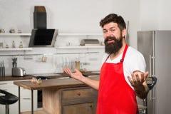 Powitanie w świacie smaki Modniś w kuchni Restauracji lub kawiarni kucharz Brodaty mężczyzna w czerwonym fartuchu buck dojrzałe zdjęcie stock
